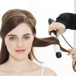 Ostale lase navijte z aparatom za kodranje z debelim valjem, da ustvarite razmršene valove. // Foto: Beiersdorf AG