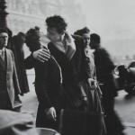Poljub pri Hotelu de Ville fotografa Roberta Doisneaua.