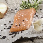 Česen dodatno okrepi učinkovanje zdravih omega-3 kislin, ki se skrivajo v lososu. Foto: ThinkStock