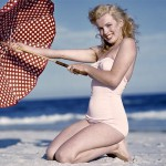 Marilyn-Monroe-At-The-Beach-1280x960-23613