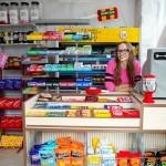 Lucy Sparrow v svoji mehki trgovinici The Cornershop.