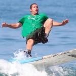 Adam Sandler je mojster situacijske komike. Tudi na surfu, čeprav nenamerno.