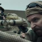 Bradley Cooper v vlogi odličnega ameriškega ostrostrelca Chrisa Kyla.