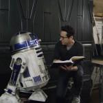 Režiser J.J. Abrams daje zadnje napotke R2-D2-ju.