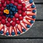 Presna torta s pinjolami in jagodičevjem.