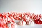 Praznični beljakovi poljubčki s pepermintom.