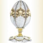 Prvi Fabergéjevi jájci sta bili narejeni po željah ruskega carja, pri vseh ostalih pa je Fabergé dobil povsem proste roke.