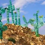 Veronika Richterová rastlinske skulpture ustvarja iz recikliranih PET plastenk.