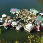Plavajoče domovanje Wayna Adamsa in Catherine King je živ organizem, ki še vedno raste.