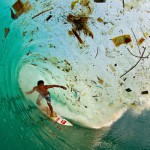 V Indoneziji lahko posurfamo val poln smeti