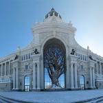 Stavbo ministrstva za kmetijstvo v Kazanu krasi tudi čudovita silhueta drevesa.