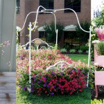 Staro pohištvo kot vrtna dekoracija