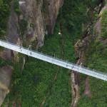 Najdaljši stekleni most na svetu je samo za pogumne obiskovalce.