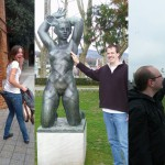 Smešno, a nespoštljivo poziranje s kipi