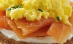 Sendvič z jajčki in prekaljenim lososom