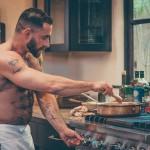 Kuharska oddaja The Bear-Naked Chef z golim kuharjem, Adrianom De Berardinisom.
