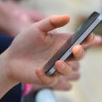 Ukrivljen mezinec kot posledica uporabe pametnega telefona