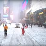 Bordanje po zasneženih ulicah New Yorka