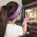 Kako najenostavneje očistiti mikrovalovno pečico?