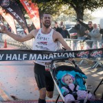 Polmaraton dobil kljub temu, da je pred seboj potiskal hčerko v otroškem vozičku
