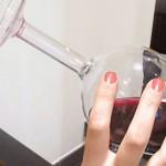 Kozarez za vino, kjer pijemo iz dna.