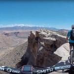 Drzen posnetek kolesarjenja po robu kanjona