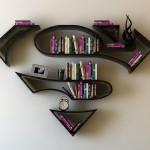 Stenske knjižne police v obliki logotipa superjunakov