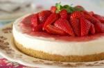 Ohlajena jagodna torta se bo še kako prilegla na vroč poletni večer.