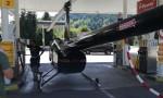 Helikopter pristal na bencinski črpalki.
