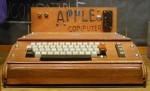 1976 – Apple l – Prvi osebni računalnik. Zanj   Apple 50 dobi naročil od vnaprej znanega kupca.