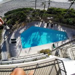 Skok v bazen iz vrha stavbe