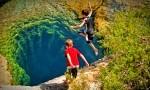Jacob's Well je osupljiv, 3,7 metra širok in 37 metrov globok izvir, sicer nadvse priljubljeno kopališče za najpogumnejše. Zakaj za najpogumnejše? Tukaj je življenje izgubilo že 8 ljudi.