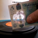 Plastični denar kot gramofonska igla