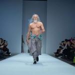 80-letni Wang Deshun zaslovel kot maneken.