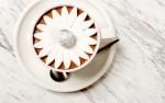 Božanska vroča čokolada s cvetovom iz marshmallowa