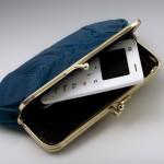 iziPhone je tako droben, da ga lahko pospravite v še tako majhno torbico ali denarnico