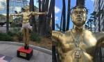 Zlati kip Kanye Westa v Los Angelesu.