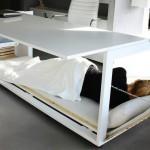 Delovna miza s predalnikom za dremanje.