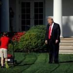 11-letni Frank Giaccio kosi travo pred Belo hišo.