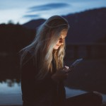 Neprestano gledanje v telefon naj bi staralo našo kožo.