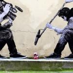Umetnik spremeni dolgočasne ulične predmete v slike, ki prikazujejo resnico sodobnega sveta.