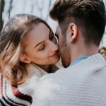 Zakaj vedno naslonite glavo na desno, ko se poljubljate?
