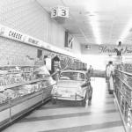 1957: Javni supermarketi so predstavili svojo ponudbo dnevno svežega mleka, ki ga razvaža naokoli prodajalka v avtomobilu.