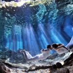 Čudoviti prizori romantične ljubezni parov, ujeta pod vodo.