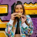 Nutricionistka pojasnjuje, zakaj je včasih bolj zdravo pojesti dva burgerja kot enega.