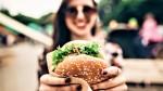 Pozabi na krompirček: zato je bolje, da naročiš DVA burgerja!