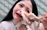 Dekle skušalo pojesti živo hobotnico, a jo je ta napadla