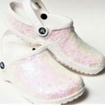Našli smo obutev za tvoj dan: ti natikači Crocs so narejeni za neveste