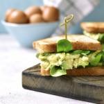 Sendvič z avokadom in jajcem
